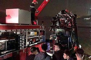 Danh tính hai nạn nhân trong vụ xe Mercedes lao xuống sông Hồng
