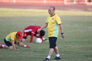 HLV Park Hang Seo âu lo ngày đầu ở Lào