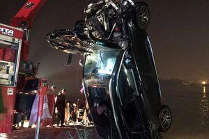Vụ xe ô tô Mercedes lao xuống sông Hồng: Người cầm lái là cô gái 21 tuổi