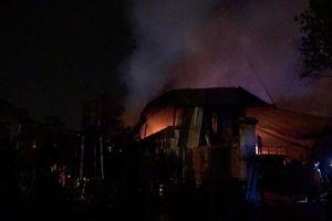 Bình Dương: 1000m2 xưởng gỗ chìm trong biển lửa