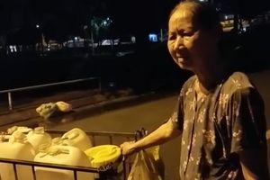 Cụ bà 40 năm đẩy nước thuê ở bán đảo Thanh Đa