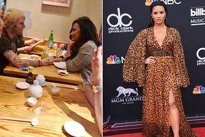 Demi Lovato công khai nắm tay bạn trai mới sau 3 tháng bất tỉnh vì dùng ma túy quá liều