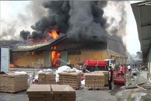 Đã khống chế hoàn toàn vụ cháy lớn tại xưởng sản xuất nhựa, gỗ ở Hưng Yên