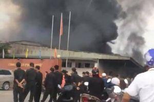 Cháy lớn tại công ty dược ở Hưng Yên, nhiều công nhân hốt hoảng tháo chạy ra ngoài