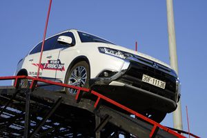 Trải nghiệm Mitsubishi, 'lắc lư' với nữ hoàng drift Leona Chin