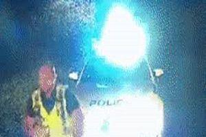 Camera an ninh ghi lại khoảnh khắc cảnh sát bị hất văng lên nóc capo khi bắt tội phạm
