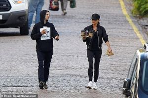 Victoria Beckham đội mũ che kín mặt khi đi uống cafe cùng các con