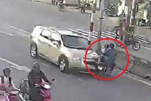 Clip: Xe máy sang đường kiểu liều chết, gặp nạn thảm khốc ở ngã ba tử thần