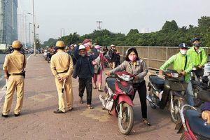 Có thể xử phạt đoàn người dắt xe máy đi bộ ngược chiều trên vỉa hè khi thấy CSGT