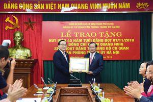 Nguyên Bí thư Thành ủy Hà Nội Phạm Quang Nghị nhận Huy hiệu 45 năm tuổi Đảng