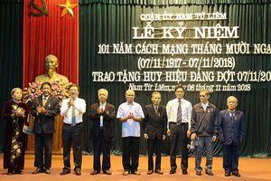 Quận Nam Từ Liêm trao Huy hiệu Đảng cho 94 đảng viên lão thành