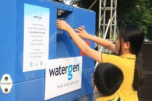 Tiện ích máy lấy nước uống từ không khí đặt bên Hồ Gươm
