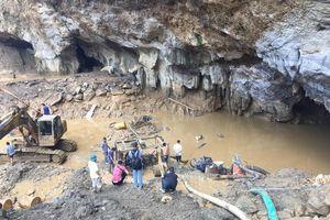 Bắt giữ chủ bãi vàng có hai người bị mắc kẹt trong hang