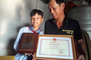 Nam sinh nghèo được Chủ tịch nước tặng ảnh bác Hồ vì trả lại tiền nhặt được