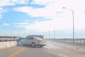 Toyota Camry gây tai nạn cho xe đi cùng chiều trên cao tốc