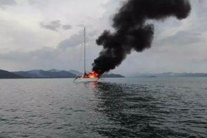 Du thuyền chở khách bị sét đánh trúng, bốc cháy dữ dội giữa biển