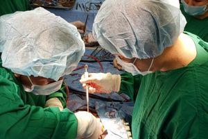 Một bệnh nhân nghèo được phẫu thuật miễn phí bằng phương pháp mới
