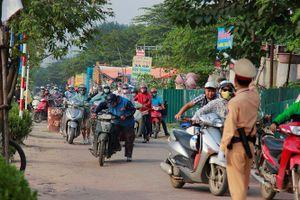 Hàng trăm người dắt xe máy ngược chiều đối phó với CSGT