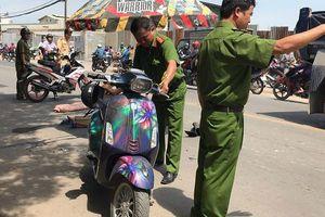 Tránh xe ba gác, 2 cô gái trẻ bị xe tải cẩu cán thương vong trên phố Sài Gòn