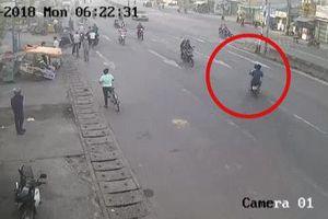 Clip: Hai thanh niên 'đầu trần' ngạo nghễ phi sang đường bị ô tô húc văng xa