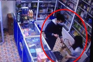 Clip: Nam thanh niên 17 tuổi cầm dao xông vào tiệm thuốc, dí dao cướp tiền