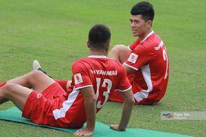 Các cầu thủ ĐT Việt Nam hào hứng trong buổi tập trên đất Lào