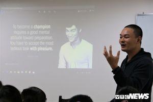 Buổi dạy miễn phí của thầy giáo chữa 'bệnh' sợ tiếng Anh cho giới trẻ ở Hà Nội