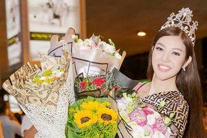 Hoa hậu Bùi Lý Thiên Hương ôm hoa không xuể, xúc động khi được đón tại sân bay