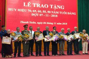 Lãnh đạo TP Hà Nội trao tặng Huy hiệu 70 năm tuổi Đảng cho các đảng viên lão thành