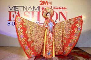 Á hậu Trịnh Kim Chi khoe sắc vóc, thần thái quyền lực trong tà áo dài