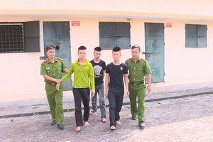 3 thanh niên mang loa đến trước hiệu thuốc đòi nợ, hỗn chiến khiến 1 người nhập viện