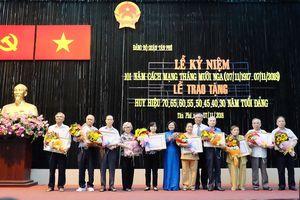 Trao tặng đồng chí Nguyễn Thọ Chân Huy hiệu 80 năm tuổi Đảng