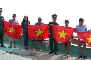 Trao tặng cờ và sổ tiết kiệm trong chương trình 'Chung tay xóa nghèo pháp luật về biên giới, biển đảo'