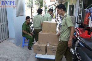 Hàng ngàn chai mỹ phẩm 'made in Thai Lan' được chế biến tại vùng ven TP. Hồ Chí Minh