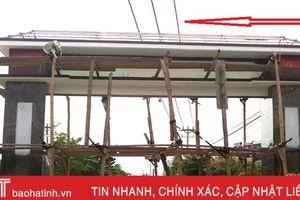 Cổng làng gần chạm lưới điện cao áp: 'Chủ đầu tư' vô tình hay hữu ý?!