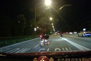 Xe máy không người lái chạy trên đường khiến nhiều người thót tim