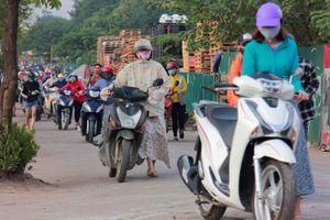 Hàng nghìn người dắt xe máy ngược chiều ở Hà Nội