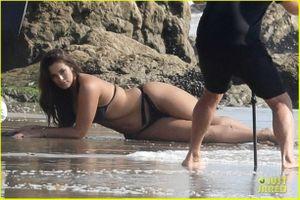 'Siêu mẫu béo' Ashley Graham khoe dáng với bikini hai mảnh tại Malibu