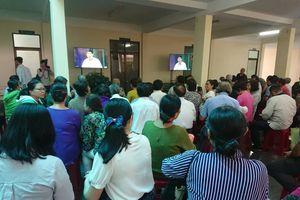 Dân Thủ Thiêm được theo dõi qua màn hình buổi tiếp xúc với Chủ tịch Nguyễn Thành Phong