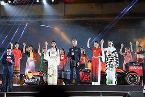 Ấn tượng với 22 áo dài quốc kỳ tại lễ công bố đăng cai tổ chức giải đua xe công thức 1