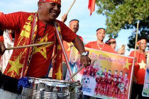 CĐV Việt Nam nhuộm đỏ sân vận động Quốc gia Lào trước giờ bóng lăn