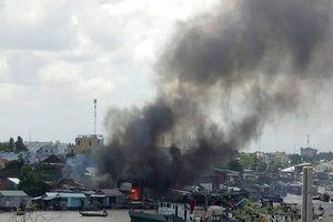 Cháy nhiều căn nhà ở chợ nổi Cái Răng lúc giữa trưa