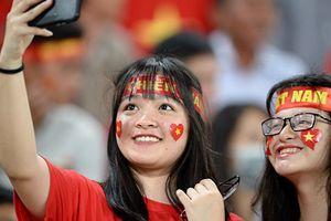 CĐV phủ đỏ khán đài trong trận ra quân của ĐT Việt Nam tại AFF Cup