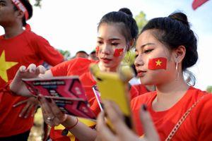 Người hâm mộ tiếp lửa cho ĐT Việt Nam trước giờ bóng lăn