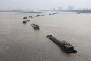 Cục CSGT vào cuộc xử lý tàu vận tải 'làm xiếc' trên sông Hồng