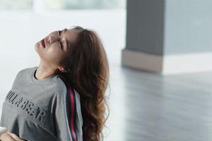 Hương Tràm ẩn ý nói về áp lực showbiz dẫn đến stress, tự bóc tay đến rỉ máu