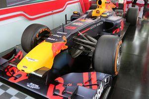 Chiếc xe đua F1 đầu tiên lăn bánh tại Hà Nội có gì đặc biệt?