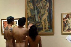 Hàng trăm người khỏa thân đổ tới bảo tàng xem ảnh 'nóng'