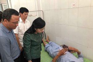 Bộ trưởng bộ Y tế tới bệnh viện chia sẻ với các nạn nhân vụ lật tàu