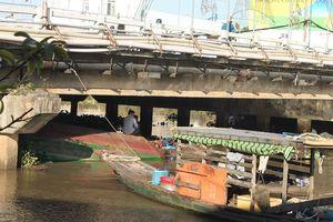 Sà lan chìm dưới gầm cầu, 4 người thoát chết
